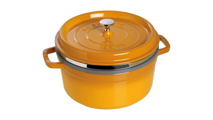 staub cocotte ronde avec panier vapeur cocottes 26 cm moutarde. Black Bedroom Furniture Sets. Home Design Ideas
