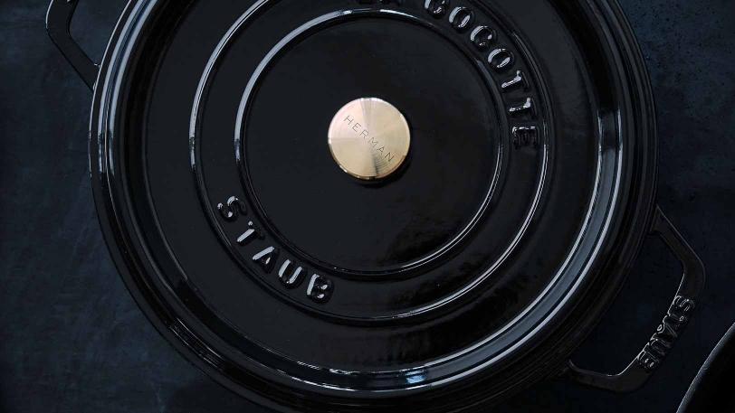 Black Secret cocotte samt 2 redskaber i oliventræ | Cocotte | Staub 0